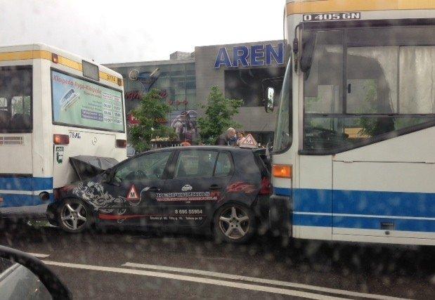 Šiioje nuotraukoje matome kaip dažniausiai bandoma spręsti grūsčių problemą - išstumti asmeninį transportą viešuoju. Tačiau tai reikėtų daryti ne brutaliuoju būdu, o tiesiog didinant viešojo transporto patrauklumą.